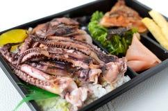 Grillad tioarmad bläckfisk för lunchask Royaltyfri Fotografi