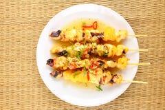 Grillad tioarmad bläckfisk på den vita maträtten Royaltyfria Foton