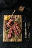 Grillad tonfisk med krydda-, sås- och sesamfrö arkivbild