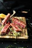Grillad tonfisk med krydda-, sås- och sesamfrö fotografering för bildbyråer