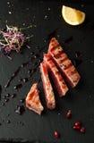 Grillad tonfisk med krydda-, sås- och sesamfrö på en platta arkivfoto