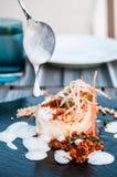 Grillad torskfisk med citronskumsås och den strimlade moroten och Royaltyfria Foton