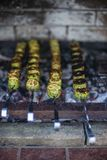 grillad zucchini grön zucchini som förbereds över kolen fotografering för bildbyråer