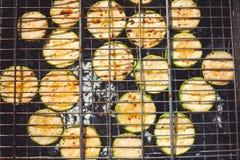 Grillad zucchini med tillägget av timjan, citronpiff och vitlök arkivbild