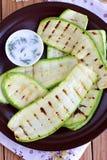 Grillad zucchini på den bruna plattan Royaltyfri Foto