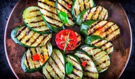Grillad zucchinitomat med chilipeppar Italiensk medelhavs- eller grekisk kokkonst Strikt vegetarianvegetarianmat arkivbilder