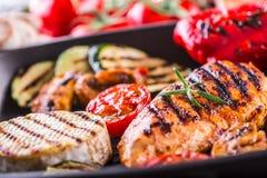 Grillad zucchinitomat med chilipeppar Italiensk medelhavs- eller grekisk kokkonst Strikt vegetarianvegetarianmat arkivfoton