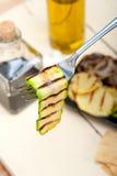 Grillad zucchinizucchini på en gaffel Royaltyfria Bilder