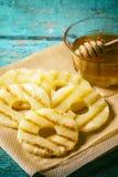 Grillade ananasskivor med av honung Royaltyfria Foton