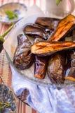 Grillade aubergine på en platta royaltyfri fotografi