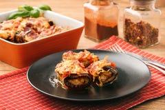 Grillade aubergine som är välfyllda med köttfärs och bakar med tomater och ost Arkivbild