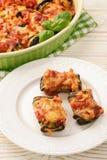 Grillade aubergine som är välfyllda med köttfärs och bakar med tomater och ost Royaltyfri Fotografi