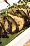 Grillade aubergineskivor på en platta Royaltyfri Foto