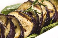 Grillade aubergineskivor på en platta Royaltyfria Bilder