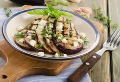 Grillade aubergineskivor på en platta Royaltyfri Bild