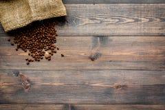 Grillade bönor nära kanfas på mörk träcopyspace för bästa sikt för tabell klart bruk för bakgrundskaffe Arkivfoto