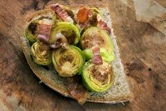 Grillade Bryssel groddar med bacon Fotografering för Bildbyråer
