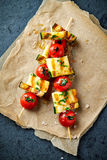 Grillade Cherry Tomato, zucchini och Halloumi steknålar royaltyfri fotografi