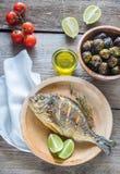 Grillade Dorade Royale Fish med nya och bakade grönsaker Arkivbild