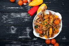 Grillade fega vingar, med grönsaker Arkivbild