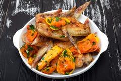 Grillade fega vingar, med grönsaker Royaltyfri Bild