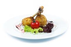 Grillade fegt ben och grönsaker på vit bakgrund Royaltyfri Bild