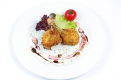 Grillade fegt ben och grönsaker på vit bakgrund Arkivfoto