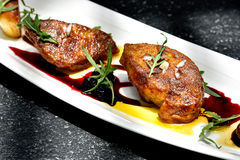 Grillade Foie gras tjänade som med röd bärsås arkivfoton
