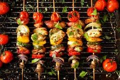Grillade grönsak- och köttsteknålar royaltyfri fotografi