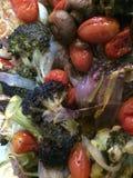 Grillade grönsaker gör en färgglad och smaklig fest Royaltyfria Bilder