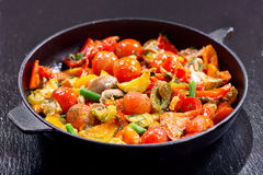 Grillade grönsaker i en panna Arkivbilder