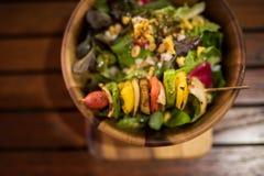 Grillade grönsaker och sund sallad royaltyfria foton