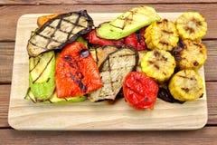 Grillade grönsaker på den Wood bakgrunden Arkivfoto