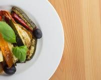 Grillade grönsaker på en vit platta på träbakgrund överkant VI fotografering för bildbyråer