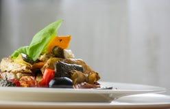 Grillade grönsaker på en vit platta på träbakgrund framdel Fotografering för Bildbyråer