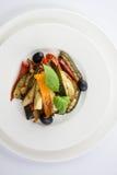 Grillade grönsaker på en vit platta på wwhitebakgrund överkant VI arkivfoton