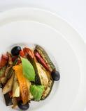 Grillade grönsaker på en vit platta på wwhitebakgrund överkant VI arkivbilder