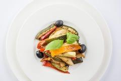 Grillade grönsaker på en vit platta på wwhitebakgrund överkant VI royaltyfria foton