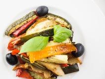 Grillade grönsaker på en vit platta på wwhitebakgrund överkant VI arkivbild