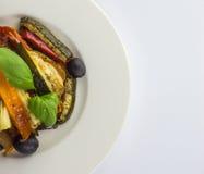 Grillade grönsaker på en vit platta på wwhitebakgrund överkant VI royaltyfria bilder