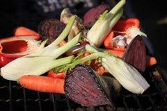 Grillade grönsaker på gallret Arkivfoton