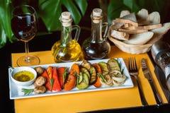 Grillade grönsaker på gul bakgrund med a Arkivbild