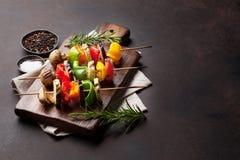 Grillade grönsaker på skärbräda arkivfoton