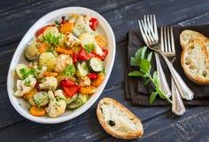 Grillade grönsaker - zucchini, blomkål, potatisar, morötter, lökar, peppar, på en oval maträtt Arkivbilder