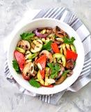 Grillade grönsaker - zucchinin, portobello plocka svamp, röd peppar, den röda löken, salladslöken, vitlök, olivolja, vinvinäger,  Arkivbild