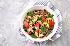 Grillade grönsaker - zucchinin, portobello plocka svamp, röd peppar, den röda löken, salladslöken, vitlök, olivolja, vinvinäger,  Arkivfoto