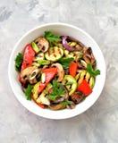 Grillade grönsaker - zucchinin, portobello plocka svamp, röd peppar, den röda löken, salladslöken, vitlök, olivolja, vinvinäger,  Royaltyfria Bilder