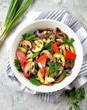 Grillade grönsaker - zucchinin, portobello plocka svamp, röd peppar, den röda löken, salladslöken, vitlök, olivolja, vinvinäger,  Royaltyfria Foton