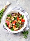 Grillade grönsaker - zucchinin, portobello plocka svamp, röd peppar, den röda löken, salladslöken, vitlök, olivolja, vinvinäger,  Fotografering för Bildbyråer