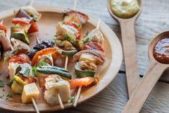 Grillade grönsaksteknålar på plattan Royaltyfria Bilder